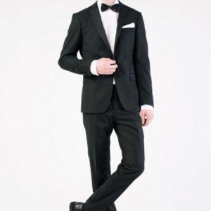 Мужской костюм черный однотонный.
